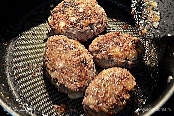 Разогреем сковороду , выльем раст.масло и выложим наши мясные лепешки/стейки/. Жарим с обеих сторон до готовности.