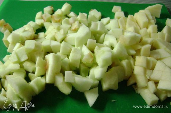 Яблоки помыть, очистить, удалить сердцевину и мелко нарезать.