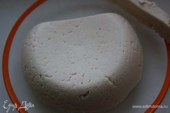 """Так называемое """"молоко"""" поставила на огонь, всыпала соль и начала помешивать пока не появится сыворотка. После добавила яйцо и так же помешивая стала варить, но не кипятить. Через минутки две откинула массу на дуршлаг с 2 слоями марли, а сыворотку пока горячая использовала на блины. Масса, когда полностью стекла, переложила ее в емкость подходящую глубокую, накрыла блюдцем и поставила пресс на 3 часа в холодильник."""
