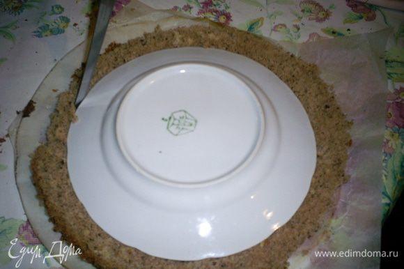 Теперь разрежем один коричневый корж на кольца. Кладем на него тарелку диаметром меньшим чем корж и аккуратно вырезаем острым ножом.