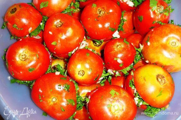 """Все ингредиенты помыть и мелко порезать, кроме помидор. С помидорами поступаем так: примерно посередине надрезаем поперек до самой кожи, чтобы они были как открывающиеся сундучки и """"крышка"""" не оторвалась в процессе засола. В образовавшийся разрез кладем щепотку чеснока, маленький кусочек острого перца и много петрушки, закрываем и ставим в неметаллическую емкость. Так повторять до тех пор, пока у вас не закончатся помидоры. Когда всё уложено слоями, можно заливать: в отдельной посуде хорошо расколотить соль и воду, залить помидоры и поставить на три дня под гнет при комнатной температуре."""