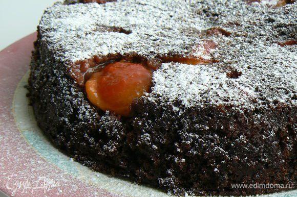 Перевернуть пирог на тарелку,посыпать сахарной пудрой. Приятного чаепития!