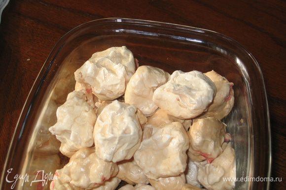У меня вышло 40 меренг, но пока я отвлеклась, их осталось 37. Прежде чем собирать торт, надо дать им хорошо остыть (примерно 1 час). В это время можно приготовить крем и нарезать орехи.