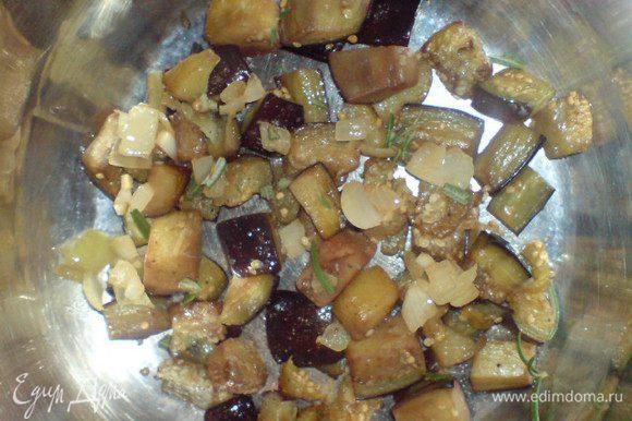 Овощи уложить слоями в небольшую кастрюлю. Первый и последний слой- это баклажаны. Каждый слой овощей посолить, поперчить, присыпать луком с чесноком и зеленью.