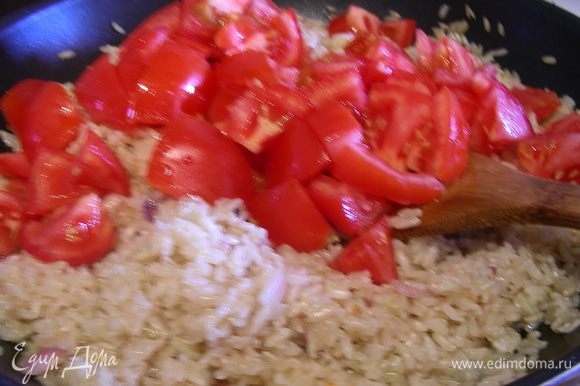 Минут за 10 до готовности добавляем вяленые томаты и порезанные средне помидоры. Все тщательно перемешиваем и готовим до готовности риса (минут 5-7). Можно еще каких-нибудь травок добавить по вкусу, я добавляю только майоран, аромат базилика здесь мне кажется очень сильным, но все по вкусу.