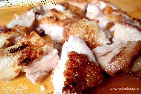 Нарезать на кубики готовую курицу