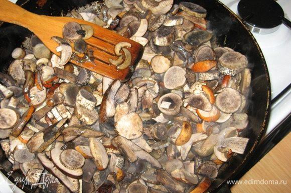 Грибы моем и нарезаем. В сковороде разогреваем 2 ст. ложки растительного масла и жарим. Солим, перчим, помешиваем и жарим на среднем огне минут 7. Достаточно чтобы грибы пропарились и обмякли. Затем перекладываем их в мисочку и ставим поостыть.