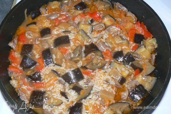 Затем налить горячей воды, чтобы она покрывала рис на 1,5-2 см, если нужно - досолить. Перемешать, накрыть крышкой и тушить на маленьком огне минут 20-25. Затем выключить плиту и оставить еще на 10 минут постоять под крышкой.