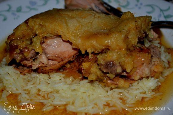Готовое блюдо подаем поверх гарнира, разрезав на 4 части. Приятного аппетита.