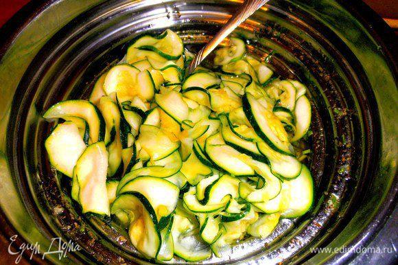 Отправляем овощи в маринад и перемешиваем!