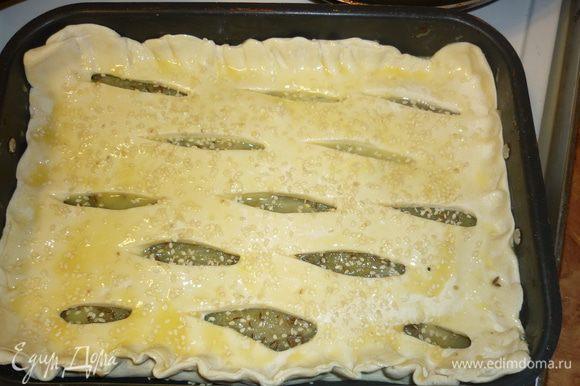 сверху пирог смазать желтком, посыпать кунжутом