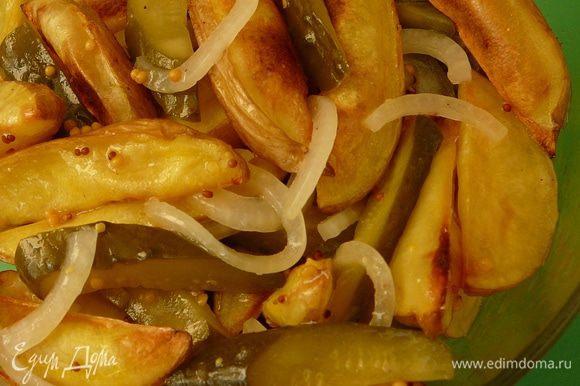 Картофель слегка остудить, смешать с огурцами и луком. Заправить... И есть с удовольствием))) Приятного аппетита!!!