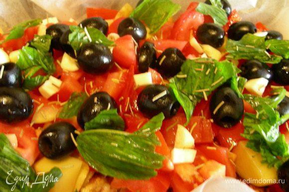 Далее распределяем маслины, базилик и розмарин и крупно порезанный чеснок. Желательно их слегка пропихнуть вниз. Как вариант, их можно сразу выкладывать на мясо. Солим, перчим по вкусу. Слегка поливаем оливковым маслом (опционно, я не поливала). Ставим в духовку 180гр где-то на 1ч 15. В течение этого времени нужно блюдо раза 2-3 перемешать.