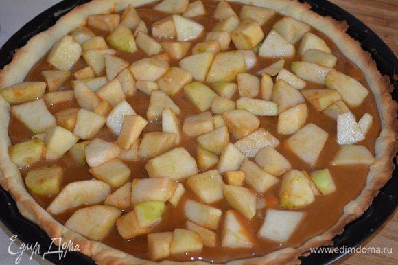 Сверху выложить яблоки и залить соком, отправить обратно выпекаться при 180 градусах на 45 минут, но поставить его не наверх духовки, а посередине, чтобы жар не был слишком сильным!