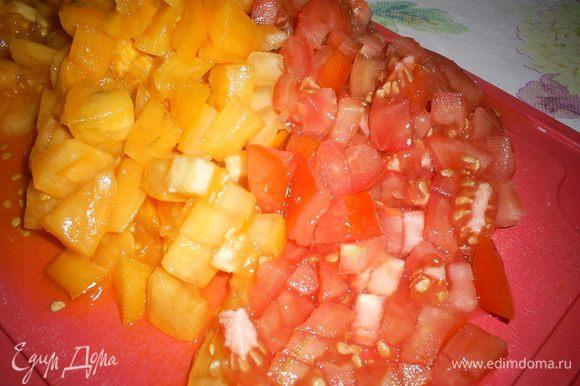 Тем временем нарезаем помидоры мелкими кубиками.