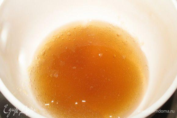 Замочить желатин в яблочном соке и растворить его на паровой бане (не кипятить, он теряет свои свойства).