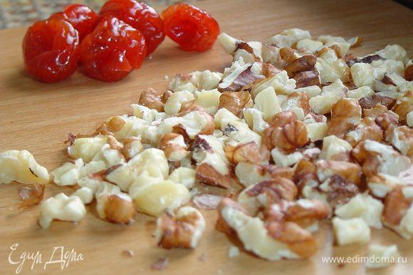 Мякоть инжира измельчаем, также измельчаем грецкие орехи, а вишню замачиваем в горячей воде.