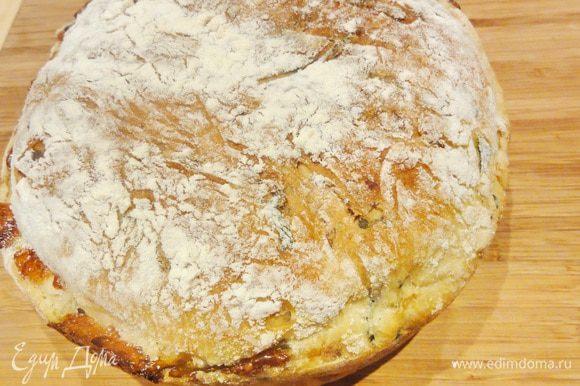 Когда хлеб станет золотисто-коричневым, выньте его из духовки и дайте немного остыть в форме. Затем остудите его на решетке.