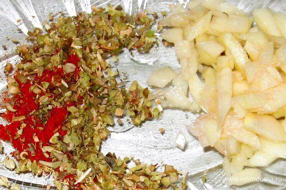 Порезать мелко чеснок и подготовить все специи. Добавить их в кастрюлю. Варить еще 4 минуты.