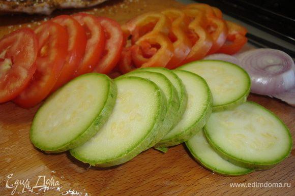 Овощи вымыть и просушить, нарезаем всё кружочками (лук, перец, кабачок, помидор).