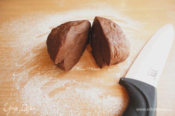 Через час тесто разделить на 2 половинки и каждую, присыпая стол, а также тесто мукой, тонко-тонко раскатать скалкой.