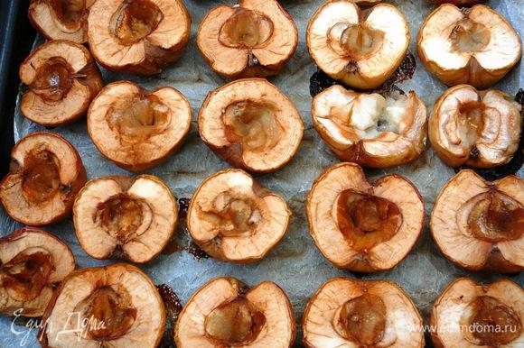 Запеченные яблоки охладить и дважды протереть через сито. Полученное яблочное пюре - основа для пастилы.