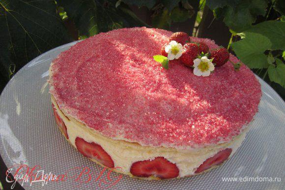Верх торта украсить цветным сахаром или тертым шоколадом.