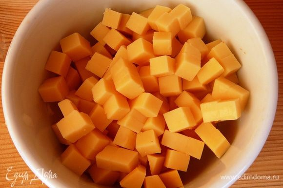 Сыр так же нарезать кубиками...