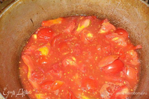 Сначала соус.Томаты помыть и нарезать произвольными кусочками в кастрюлю и поставить варить сначала на не очень сильный огонь,пусть даст сок,потом можно добавить,а когда закипит оставляем на маленьком огне минут на 30-40,помидорки должны стать мягкими.Затем остужаем.Я обычно одним вечером делаю заготовку,а следующим уже занимаюсь соусом.