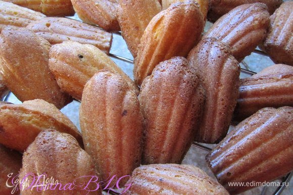 Выпекать печенье 4 минуты при температуре 230 градусов, затем уменьшить до 180 и выпекать еще 4-5 минут. Печенье должно немного зазолотится и появится выпуклый бугорок. готовые печенюшки охладить на решётке.