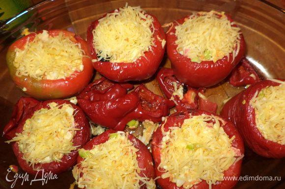 Перцы в духовке должны простоять минут 15-20 и стать немного мягкими,достаем и начиняем, сверху присыпаем натертым твердым сыром и отправляем в духовку минут на 30 (до золотистой корочки)