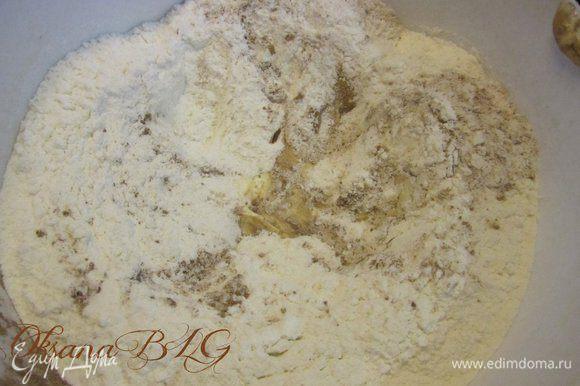 Бисквит. Все ингредиенты поместить в посуду, в самом конце добавлять сухие составляющие, муку, какао.