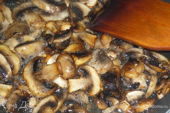 пока подходит тесто, готовим начинку. обжариваем грибы на растительном масле