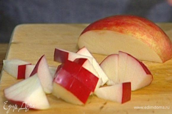 Яблоко, удалив сердцевину, порезать небольшими кусочками.