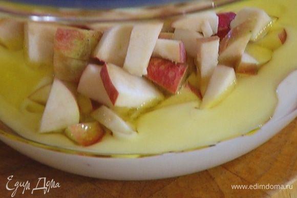 Добавить яблоко, перемешать.