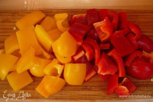 Перцы нарезать квадратиками, примерно такого же размера, как и мясо.