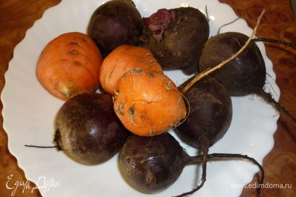свеклу и морковь почистить, нарезать очень тонкой соломкой, как на корейский салат. можно и на терке натереть, но тогда овощи потеряют много сока