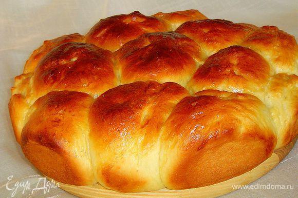 Пирог смазываем яйцом и выпекаем при температуре 180 гр., а через 15 минут еще раз смазываем яйцом, в общей сложности пирог выпекается 30-35 минут, но это будет зависеть от Вашей духовки. Пирог должен быть румяным.