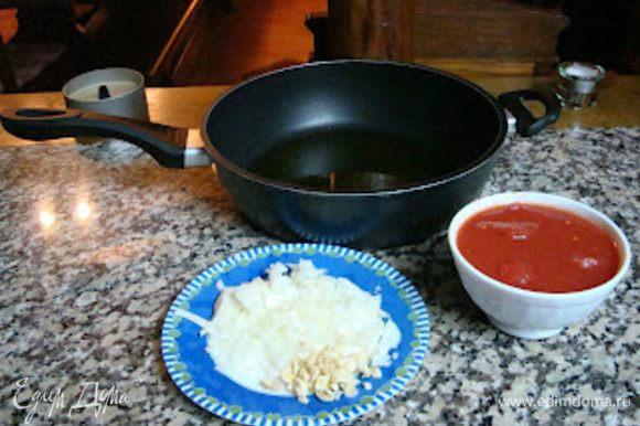 В глубокой сковороде обжариваем лук с чесноком и лавровым листом,доводим до прозрачности и добавляем помидоры.Тушим всё под закрытой крышкой 5-7 мин.