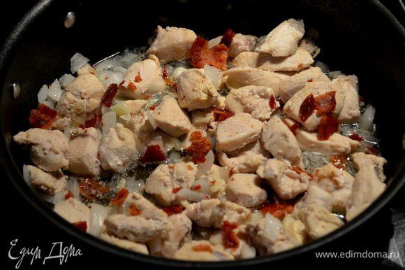 Добавим кусочки курицы на эту же сковороду,увеличим огонь на высоко -сред. и обжариваем примерно 2мин.Добавим лук,готовим еще 2мин.Затем чеснок.Готовим 1мин.или до окончания как кусочки курин.будут готовы.Снимем с огня и добавим поломанный бекон половину.