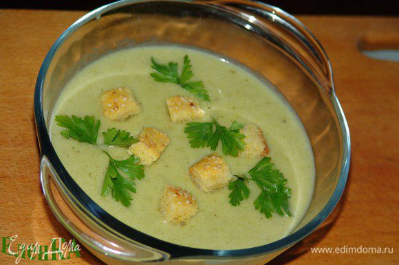 Охлаждаем суп - по желанию. Украшаем петрушкой, сухариками или шнитт-луком. Приятного аппетита!