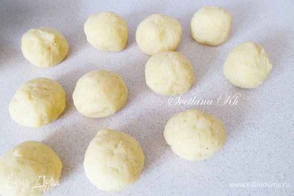 Разделить тесто на одинаковые шарики.Если они катаются с трудом- смочите руки водой.