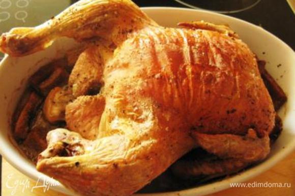 Хлеб нарезать брусочками. Если он свежий, необхлдимо предварительно подсушить в духовке при 180 гр. Курицу достать, переложить на блюдо, в форму сложить хлеб, перемешать с выделившимся при запекании соком. Сверху выложить курицу и запекать еще мин. 30 или до готовности. Затем украсить овощами и зеленью и подавать.