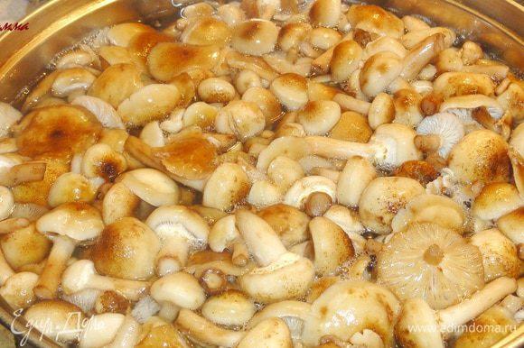 Грибы отварите 15 минут, бросив их в кипящую воду. Затем откиньте на сито и дайте воде стечь. Остудите. Тем временем отварите рис и тоже дайте ему остыть.