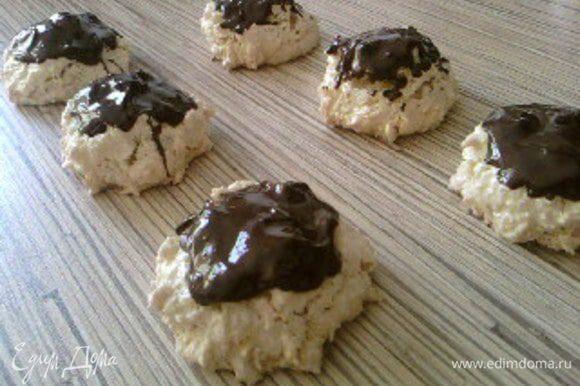 Растопить шоколад на водяной бане или в микроволновой печи, украсить готовые пирожные.