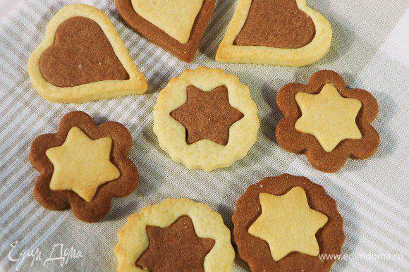 Поменять маленькие фигурки местами так, чтобы в каждом печенье сочеталось светлое и тёмное тесто. Слегка прижмите места стыков.