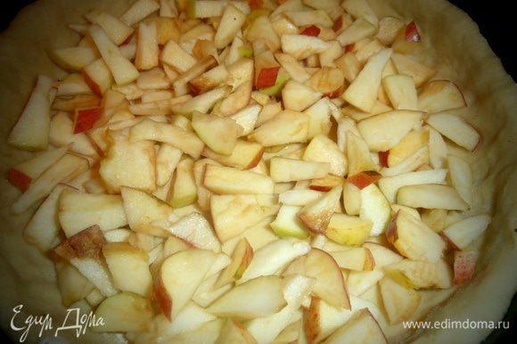 Крошим кусочки яблок на тесто,чтобы покрыли дно.