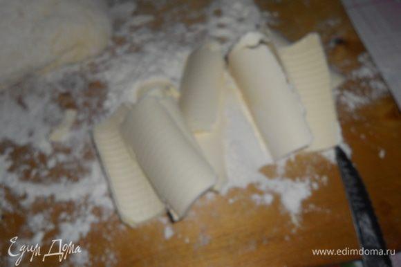масло нарезаем тонкими пластинками и обмакиваем в муке