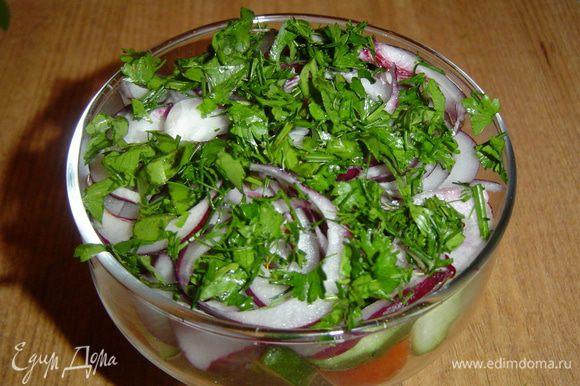 посыпаем измельченной зеленью. Оливковое масло смешиваем с бальзамическим уксусом и поливаем салат.