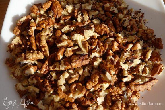 Орехи поломать кусочками или раздробить при помощи ступки или скалки.